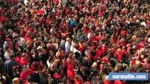 Les supporters toulonnais chantent devant le stade Mayol