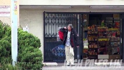 Un jeune homme donne 100$ à un sans-abri puis le voit se ruer vers un
