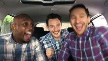 Trois hommes dans une voiture chantent et dansent sur des chansons connues