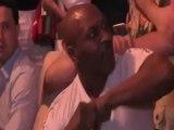 Mike Tyson se assusta com selfie e acerta cotovelada em fã