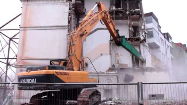 HYUNDAI EXCAVATOR 380LC TEARING DOWN OLD HOUSE ++ DEMOLITION WORK
