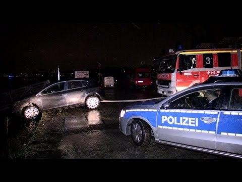 [AUTO DROHT IN DEN RHEIN ZU STÜRZEN] -| Feuerwehr Düsseldorf verhindert weiteres abrutschen |-