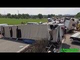 [E] - LKW KIPPT NACH UNFALL AUF MITTELLEITPLANKE - Autobahn massiv blockiert - FW im Einsatz