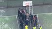 Un homme torse nu armé d'un marteau est coincé à un panier de basket (Seattle)