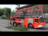 Feuerwehr Esslingen Löschzug rückt aus, mit offenem Geräteraum bei der DLK