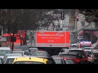 Einsatzkräfte zum Großbrand in Stuttgart-Möhringen - [Große Rauchsäule am Himmel] - [Rush Hour]