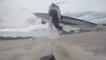Un avion frôle leur bateau