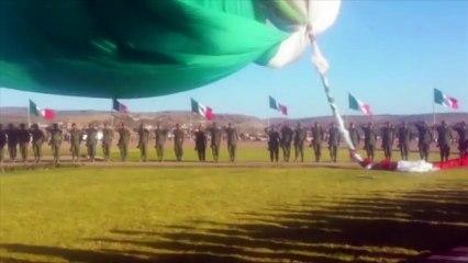 Un soldat emporté dans les airs par un drapeau géant