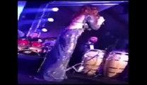 سقوط الفنانة إليسا على المسرح في حفلة رأس السنة