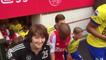Les footballeurs de l'Ajax entrent sur le terrain avec leurs mamans pour la fête des mères