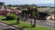 Giro - Un spectateur provoque la chute de tout un peloton