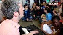 Le chanteur Grégoire chante la poésie à l'école