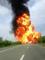 Énorme explosion d'un camion transportant des solvants