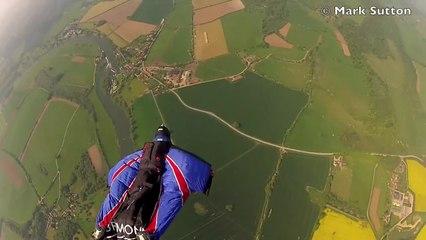 Gary Connery réussit le premier saut en wingsuit avec atterrissage sans parachute