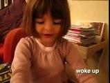 Une petite fille qui raconte une drole d'histoire !