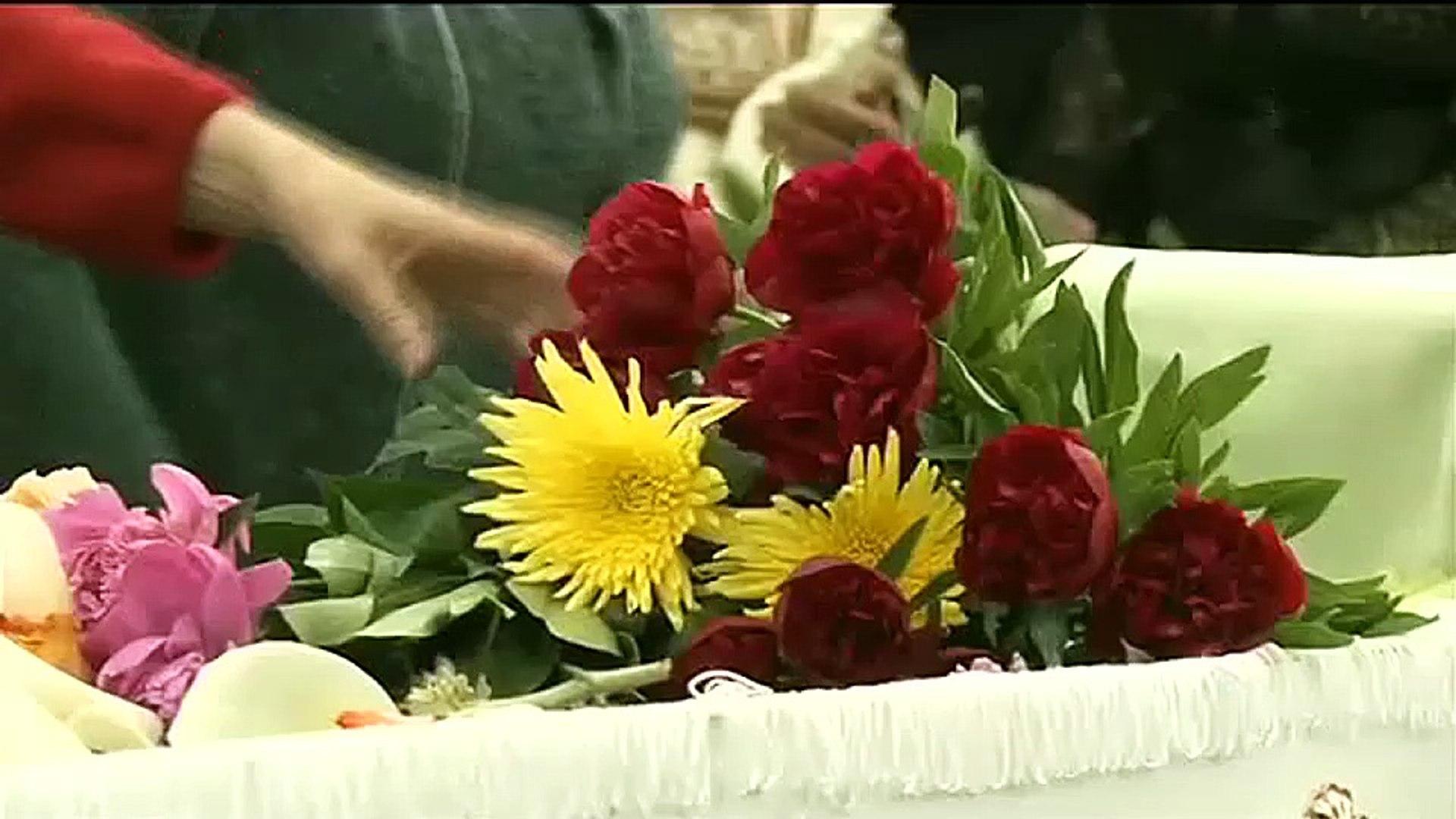 Sute de oameni, printre care interpreţi şi politicieni, cu flori şi un ultim omagiu pentru Ana Barbu
