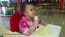 L'enfant mange de la bouillie! Fun avec les Enfants! / The child eats porridge! Fun with the kids!