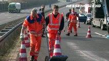 LKW rast ins Stauende - LKW-Transporter verliert Autos auf der A7 22.03.2012