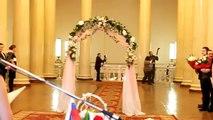 Une mariée perd sa robe en s'avançant vers l'autel