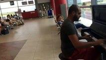 Парень сел за пианино в аэропорту и просто начал играть (1)-приколы 2016