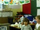 Hénora à l'école fesant une poésie et chante une belle chanson pour la fête des mamans !