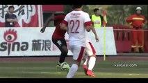 China: Arquero recibe un gol mientras tomaba agua