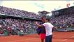Un jeune prend un selfie avec Roger Federer