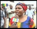 Wakazi wa jiji la Dar es Salaam wajitokeza pembezoni mwa barabara kumlaki Obama.