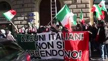 Neofascisti di CasaPound assaltano la sede dell'Unione Europea e strappano la bandiera