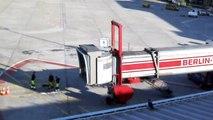 So dockt ein Flugzeug am Gate an, hier an der Fluggastbrücke am Flughafen-Berlin-Tegel TXL
