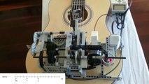 Un robot LEGO Mindstorms joue de la guitare
