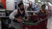 Un fan de NBA fait les courses avec sa femme: à base de DUNKS dans le caddie