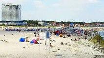 Warnemünde Strand und Hafen im Sommer Ostsee Badestrand Sommerfrische Urlaub