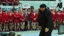 Steven Seagal donne une douloureuse leçon d'arts martiaux à deux russes