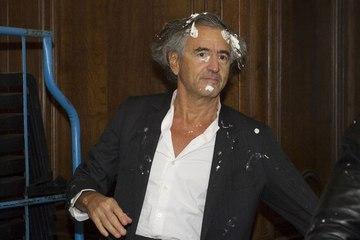 Bernard-Henri Lévy s'est (encore) pris une tarte à la crème dans la tête, pour la huitième fois