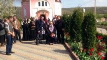 Pendant ce temps en russie  un prêtre orthodoxe se fait porter par un mec à quatre pattes...