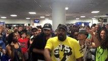 Les chanteurs du Roi Lion et d'Aladdin improvise à l'aéroport en attendant leur avion