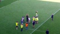 A l'heure du départ, Guy Novès salue les supporters toulousains.