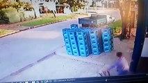 Un employé maladroit fait chuter plusieurs caisses de bière