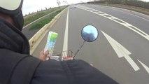 Un japonais en scooter punit un pollueur