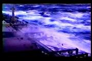 Gran barco en las olas gigantes enormes y masivos con fuerte viento extremo furioso huracán