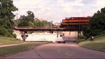 Un train déraille à Houston, des wagons tombent du pont