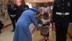 Un soldat frappe une petite fille en saluant la reine !