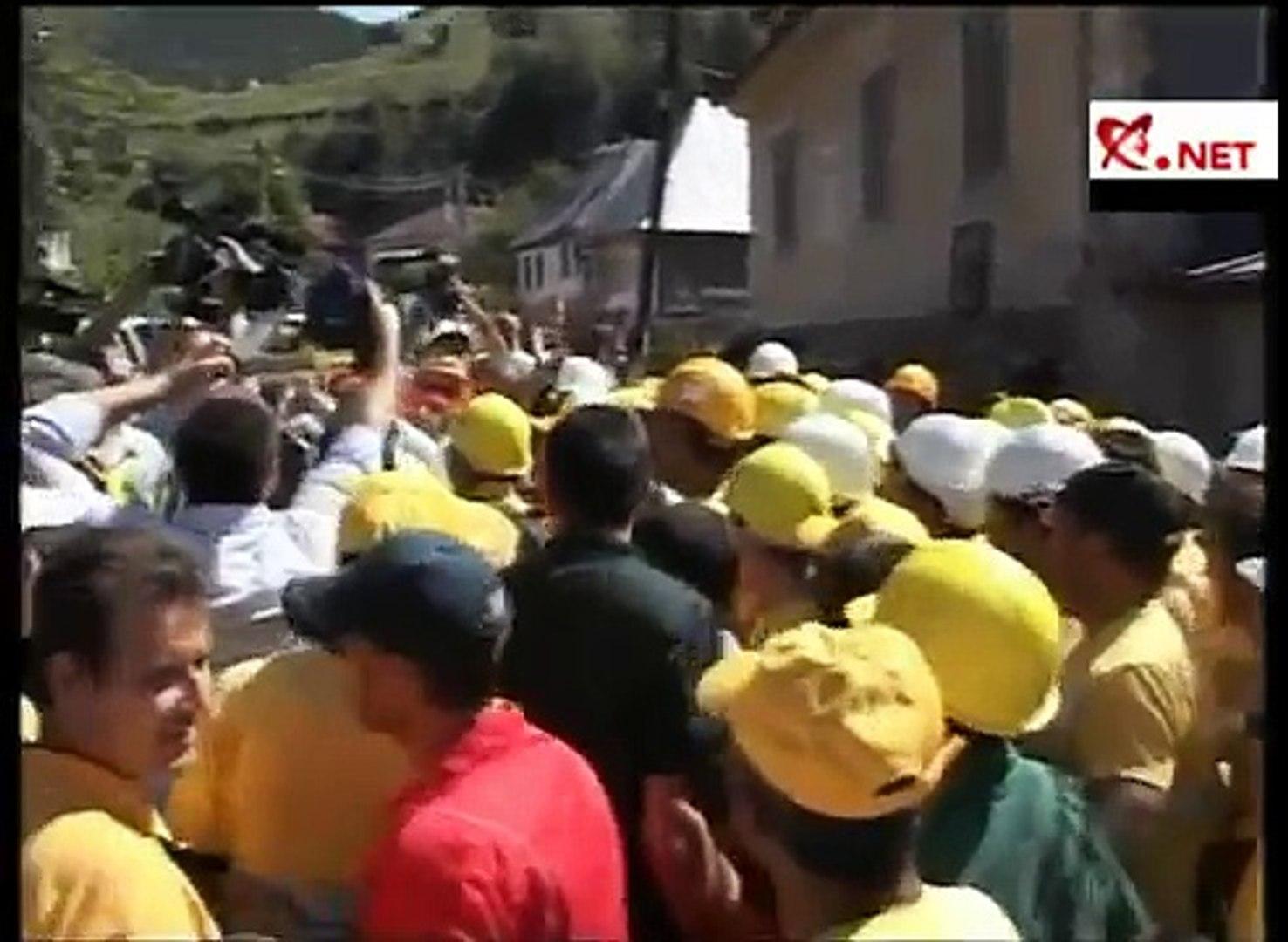 Traian Băsescu a ajuns la Roşia Montană. Mai mulţi oameni protestează