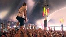 Un chanteur de metal attrape une bière en faisant du crowdwalking