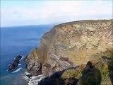Une falaise s'écroule dans la mer