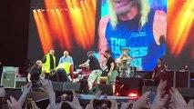 Le chanteur des Foo Fighters : Dave Grohl, se casse la jambe et termine le concert avec un plâtre (Suède)