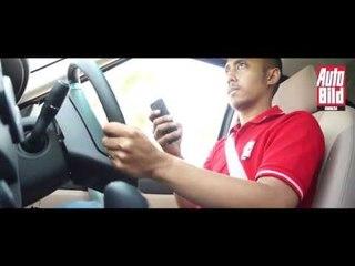 Simulasi Bahaya Gunakan Handphone di Mobil