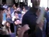 【至近距離映像】 ケリー上院議員の大学講演で、警官が質疑中の学生をスタンガンで攻撃