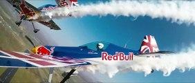Deux avions à quelques mètres l'un de l'autre traversent un hangar à 300km/h !